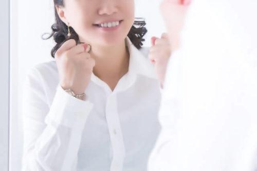 鏡の前で元気が出ている女性